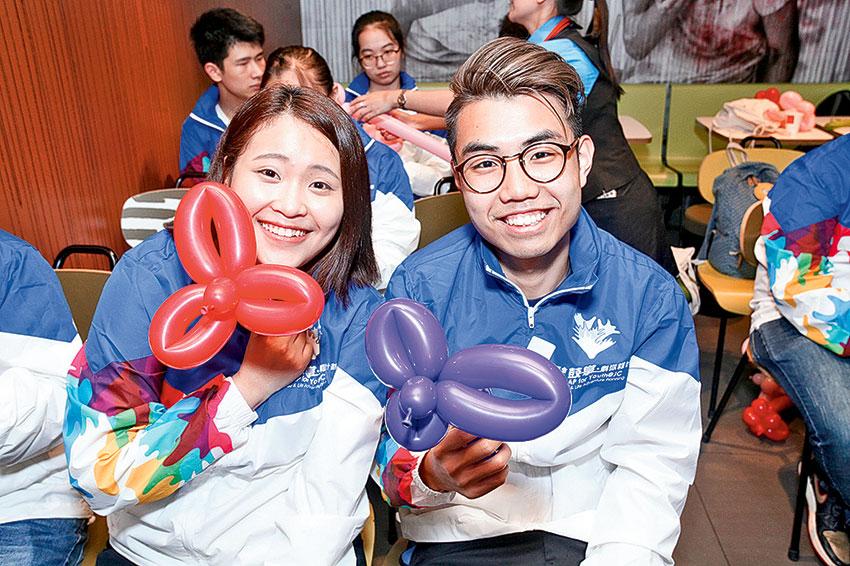 楊曉旋 (左) 對籌辦生日會環節最感興趣,希望日後能報讀市場策劃有關的課程。