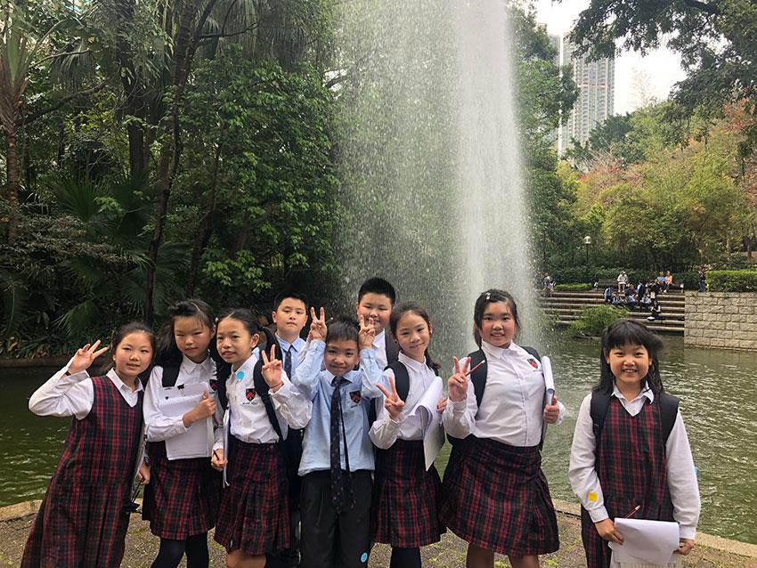 學生走出課室,到公園進行中文寫作活動。