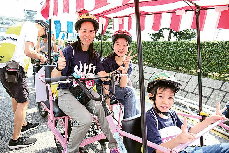 啟愛共融基金的受惠家庭享受騎單車樂趣,促進親子關係。