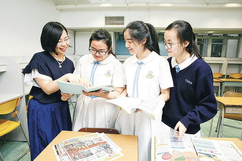 德雅中學吳亦文老師(左一)與3位同學