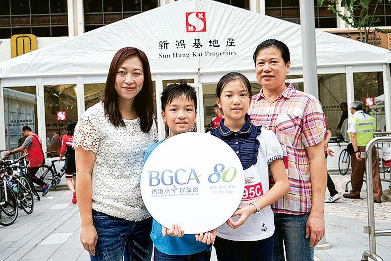 香港小童群益會推行「資優兒童科學創意計劃」,讓學生有新的學習和探索。左起:王美玲、招錦城、招穎燕及招太。