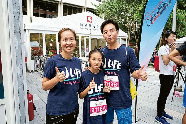傅雅妮(左一)指啟愛共融基金推出「童在起跑線」,栽培小孩基本能力,而機構受惠者阿軍(右一)及女兒翠瑩亦一同參與單車節活動。