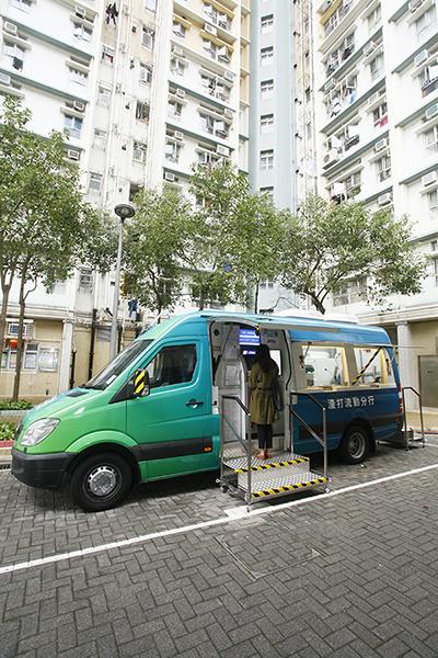 居民正使用自動櫃員機服務